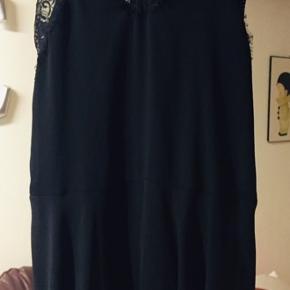 Sort kjole med blonde-stropper og kant forneden - kan også passes af en str. M🧚♀️