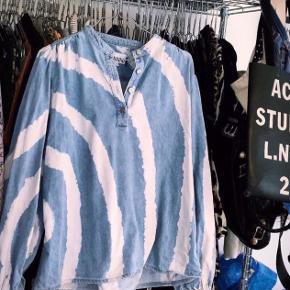 """Sælger denne seje og populære Ganni trøje i str 36 💖  Sælger ikke for mindre end 1150  Bud foregår i kommentarfeltet  Annoncen slettes når varen er solgt, så beskeden """"solgt?"""" ignoreres 🤗"""