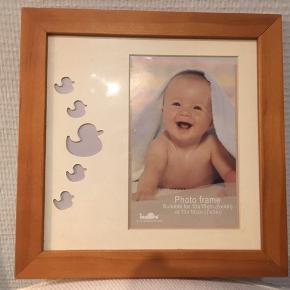 Meget sød billedramme til babybilleder til at hænge på væggen.