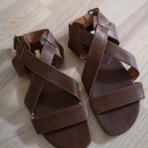 Lækker læder sandal med spænde i siden fra siibar.  Køber betaler fragt