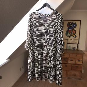Smuk zebrastribet kjole i 100% crepe-silke. Mærket hedder Peace Heart Joy, og kjolen er købt i Willum i Grenaa i juni 2019. Nyprisen var 1000,-