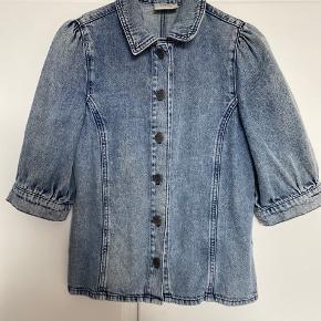 Denimskjorte fra Gestuz med korte ærmer. Brugt, men stadig i rigtig fin stand og uden brugsspor🌞