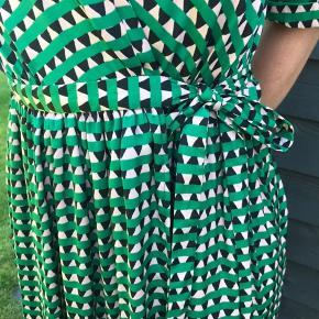 Grøn og rosa mønstret slå-om kjole fra ba&sh, der er er bindebånd i taljen og underkjolen i underdelen af kjolen.  Køber betaler fragt.