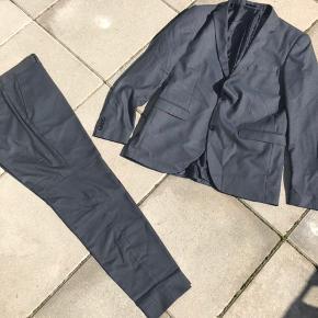 Flot mørkeblåt jakkesæt i str 48.  Kan afhentes i Køge, Greve eller Valby