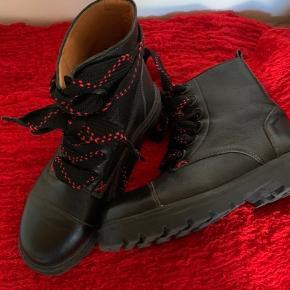 De fedeste lækre støvler i ægte læder.... Desværre fik jeg købt dem for små, derfor har de aldrig været ude.....  Nypris kr 1900.-
