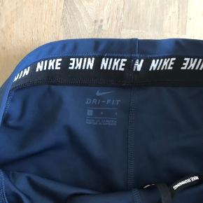 Jeg sælger disse lækre Nike løbe tights. De er næsten ubrugte og meget lækker kvalitet. Det skal bemærkes, at de er små i størrelsen.