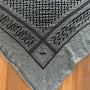 Lækkert str L Lala Berlin tørklæde med det klassiske mønster.  Køber betaler fragt eller kan hentes i Næstved.  Fejler intet, hverken fnuller eller huller. Fra ikke ryger hjem