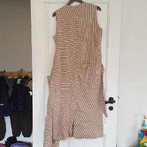Lækker kjole fra Whyred, model Amaia Stripe, farve Tannin Stripe, str 38. Helt ny og stadig med tags.