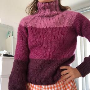 Hjemmestrikket sweater i 100% uld!  Lilla farveskift