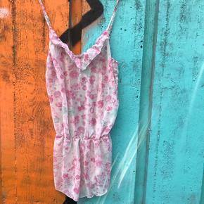 Sød jumpsuit nattøj fra H&M i størrelse M 😴 . Revet en smule op i siden på det ene ben, så man skal kunne sy lidt. Prisen er sat derefter.
