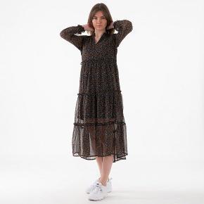 Pieces midi kjole i fine farver. Fejler intet ☺️  Lidt snæver i størrelsen, ikke noget stræk i  Bytter ikke