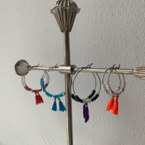 Perleøreringe 🧚♀️  Kan laves med forskellige farver og mønstre ❤️🧡💛💚💜💗🖤  Den store måler 2️⃣ cm i diameter og koster 2️⃣0️⃣ kr. Pr. Stk.  Den lille måler 1️⃣ cm i diameter og koster 1️⃣5️⃣ kr. Pr. Stk.