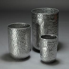 Villa Collection. Krukker af metal. H. 39-67 Ø 25-45 cm. Fremstår med lettere slitage. 3 stk