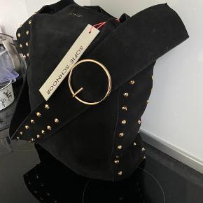 Sofie Schnoor taske i sort ruskind ny og ubrugt. Nypris 1499,- sælges for 800,- Jeg sender gerne på købers regning til pakkeshop 40,- 8200 Aarhus N