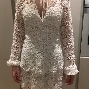 Helt ny kjole Str 34, men stor i størrelsen  Fin kjole med blonde hæklet overdel