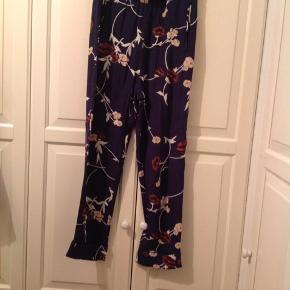 Rigtig fine Ganni bukser, standen mellem næsten som ny og god men brugt. Byd