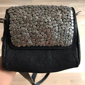 Lille læder skuldertaske. Mål: 20x18 cm