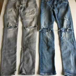 Varetype: JeansFarve: Grå,Blå  Begge par syet lidt ind i taljen (se billeder). Kan stadig justeres mere med indbygget elastik 😊. 50kr pp pr par