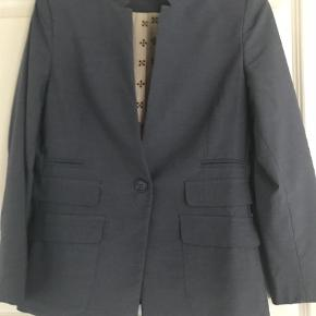 Varetype: Blazer Farve: Blå Kvittering haves.  Skøn blazer fra Plus Fine Style: Olea. Brugt 2 gange fremstår 100% som ny.(Sælger tilhørende bukser som er sat til salg i anden annonce) Nypris 1.399 kr Sælges for 750 kr