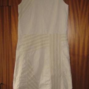 Repeat flot beige kjole i to lag. Str M. Materiale 55 % linen og 45% bomuld. Brystvidde ca 2x 47,5 cm og længde ca 104 cm