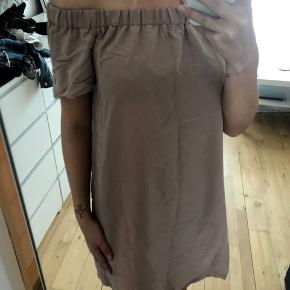 Off shoulder dress fra H&M. Aldrig brugt og fejler ingenting.  📦 kan sendes med DAO eller Post Nord (sender som regel samme dag, ellers næste dag) 📍 eller afhent i Ishøj 📲 Betal med MobilePay