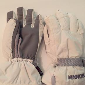 Nanok skihandsker str S. Handskerne er ubrugte men har fået lidt misfarvning på pegefinger på begge handsker (er ikke forsøgt fjernet eller vasket)