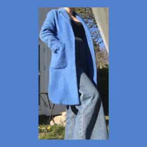 🦋🦋🦋🦋🦋🦋🦋🦋🦋🦋🦋🦋🦋🦋🦋  BLÅ LANG FRAKKE - Lidt 'lodden' -Mangler en knap! - Frakken kan passes af flere str. Alt efter hvordan den skal sidde - Perfekt overgangsjakke   Skriv bare for flere billeder:)  KOM MED ET BUD!