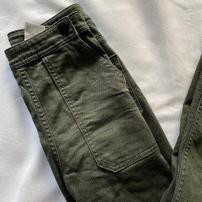 Bootleg skinny jeans fra H&M i Army grøn ✨  Virkelig flotte jeans med fine detaljer, de sidder højtaljet & svejer en smule i bunden.  Jeg er 155 cm. & de passer længdemæssigt til ned over mine sko.