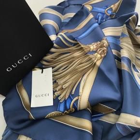 Sælger mit Gucci silketørklæde da det ikke længere skal ligge til pynt😅 nyprisen var 2.000 og købt i NY og tænker 1.000 kr for det men prisen er til forhandling