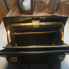 Kun seriøse henvender tak..  Den skønneste og autentiske retro taske i sort skind og flere rum. Har ladet mig fortælle, at det er et enddog meget fint mærke.. Har dog alt for mange tasker, så har derfor også denne til salg..   Ca mål - 28 x 30 x 10  Prisen er fast..