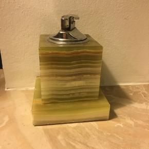 Bordlighter og askebæger i grøn marmor. Lighteren måler 6x6cm uden tændingsstykket. Askebægeret er 2x8cm