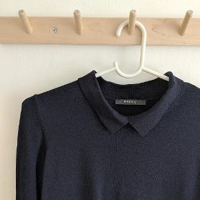 Super lækker mørkeblå bluse med krave. Skal ikke stryges, hvilket er virkelig lækkert!
