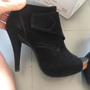 Pedro García heels