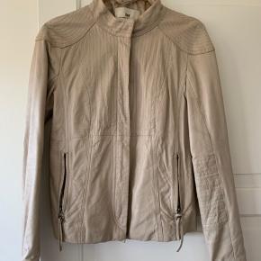 Lækker læder jakke. Den har været brugt mellem 10-20 gange.