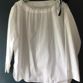 Helt nu bluse fra DAY. Bluse er i en lækker bomuld kvalitet.  Den er rumlig i størrelsen - jeg bruger normalt str 38 og passer mig fint.
