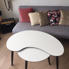 Sælger dette sofabord fra ILVA.  Det sælges BILLIGT, da der er en skramme ved kanten (se billede 4)  Købspris: 1700 kr  Sælges kun samlet.  Mål for det store bord: L 104, B 56, H 47  Mål for det lille bord: D 60, H 45  Kom med bud.
