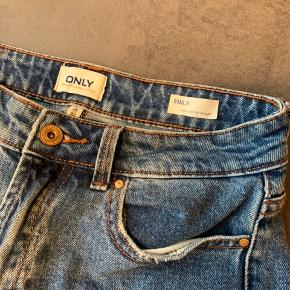 Super fede denim jeans i str 26/32. Modellen er Emily high waist straight. Brugt en enkelt gang, så de er i rigtig god stand 👖 Kan afhentes på Amager eller sendes med DAO på købers regning.