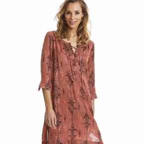 Fin og let kjole til sommerens varme. Str 2 (svarende til en str M)