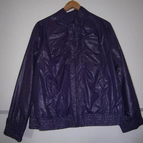 Varetype: jakke til indendørs Størrelse: M Farve: Lilla  bruges ligesom en bolero eller blazer