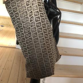 Fineste Fendi taske i god stand ✨  Der er rynker på hanken. Plads til computer 🌸 Højde 28cm Bredde fra bunden 33 cm Bredde fra top 43 cm