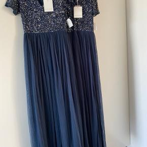 To styks smukke kjoler, som skulle være brugt til brudepiger. De er dog aldrig blevet brugt, så ligger inde med en i størrelse 42 og en i størrelse 38. Gav omkring 1800,- for begge, bud er velkomne. :-)