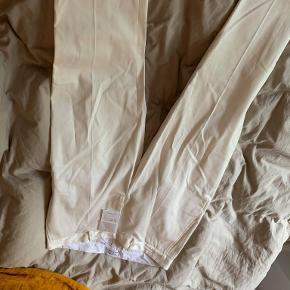 Libertine-Libertine bukser i hvid, aldrig brugt. Kun prøvet på, derfor sidder der stadig mærke i buksen. Sælges pga forkert str. En enkelt fejl i syning ved bælteremmen, den sidder dog stadig fast så betyder intet.
