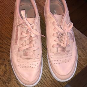 """Lækre sneaks fra Reebok! Brugt meget få gange, købt tilbage i 2016 - har stået i skabet lige siden. Da skoen er af læder, kan man se de er blevet """"rynket"""" ooppe på foden. Udover dette er der lidt skidt på indersiden.   Nypris: 599 kr Kan hentes i Charlottenlund"""
