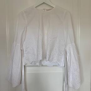 💥💥💥 Sælger dine rigtig flotte skjorte fra ZARA. Den har broderie anglaise for neden og på den flotte, klokkeformede ærmer.  Kan bruges både til fest og til hverdag.  Str. S  Kom med et bud!  💥💥💥