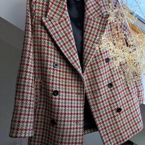 Super sød forårsjakke der har et blazer look. Brugt meget få gange og i perfekt stand.
