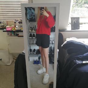 Rød cropped champion hoodie Str M men kan bruges af alt fra xs-m, det kommer an på hvordan man vil have den skal sidde :)  Køb den for 138inkl fragt   Se min shop for andet vintage tøj så som nike Adidas Thrasher Levis champion og stussy