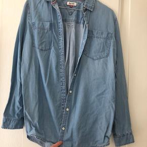 Tommy Hilfiger - løs denim skjorte.  Fin stand, men brugt.  Byd