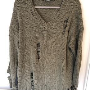 Oversize sweater/trøje i 83% bomuld og 17% polyester. Blød kvalitet.