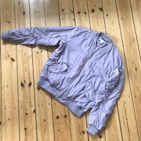 Fed let jakke fra H&M i lavendel. Er brugt så der er enkelte små pletter men de er næsten ikke synlige 🌼