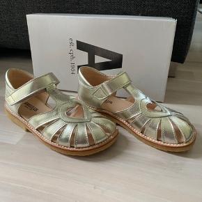 """Fast pris.  Flotte nye sandaler fra Angulus str 31 = 20,1 cm. (Synes de er lidt store i str.) kan sende forsikret med dao a 40kr Nypris 800kr.  Farven hedder """"champagne"""""""